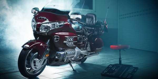 czerowny motocykl po czyszczeniu i detailingu