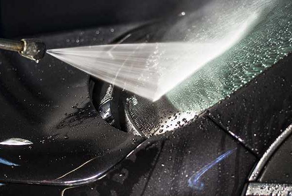 Mycie karoserii, szyb oraz wnetrza samochodu.
